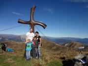 Wir (Familie Buchacher) am Gipfelkreuz des Findenig.